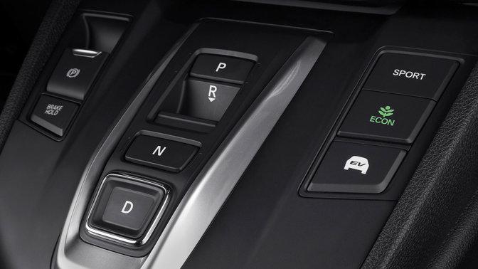 Detailný záber na konzolu v interiéri modelu Honda CR-V.