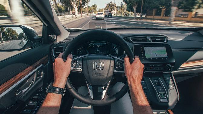 Detailný záber na interiér vozidla Honda CR-V Hybrid na ulici.