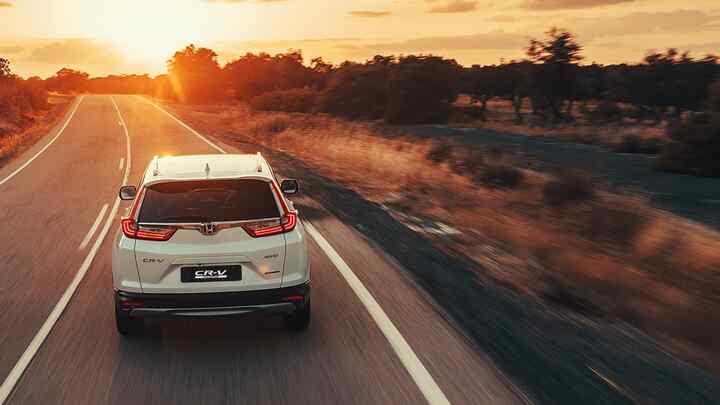 Pohľad zozadu na model Honda CR-V Hybrid vpúšti.