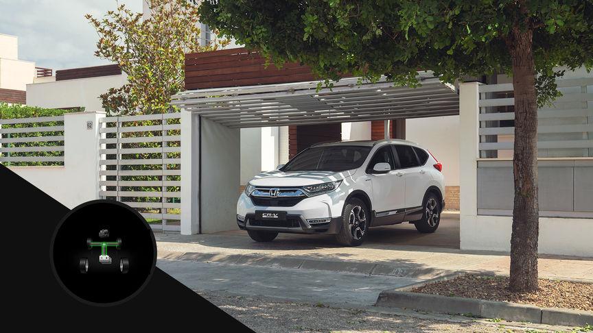 Pohľad zboku na model Honda CR-V Hybrid zaparkovaný vgaráži, doplnený ilustráciou elektrického pohonu.
