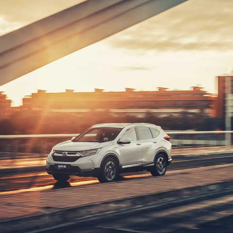Pohľad zboku na model Honda CR-V Hybrid na ulici.