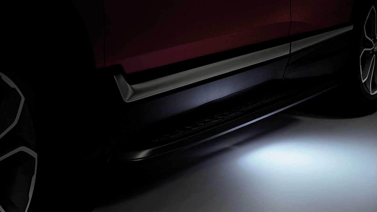 Detailný záber na model Honda CR-V Hybrid sosvetlením vstupu do vozidla.