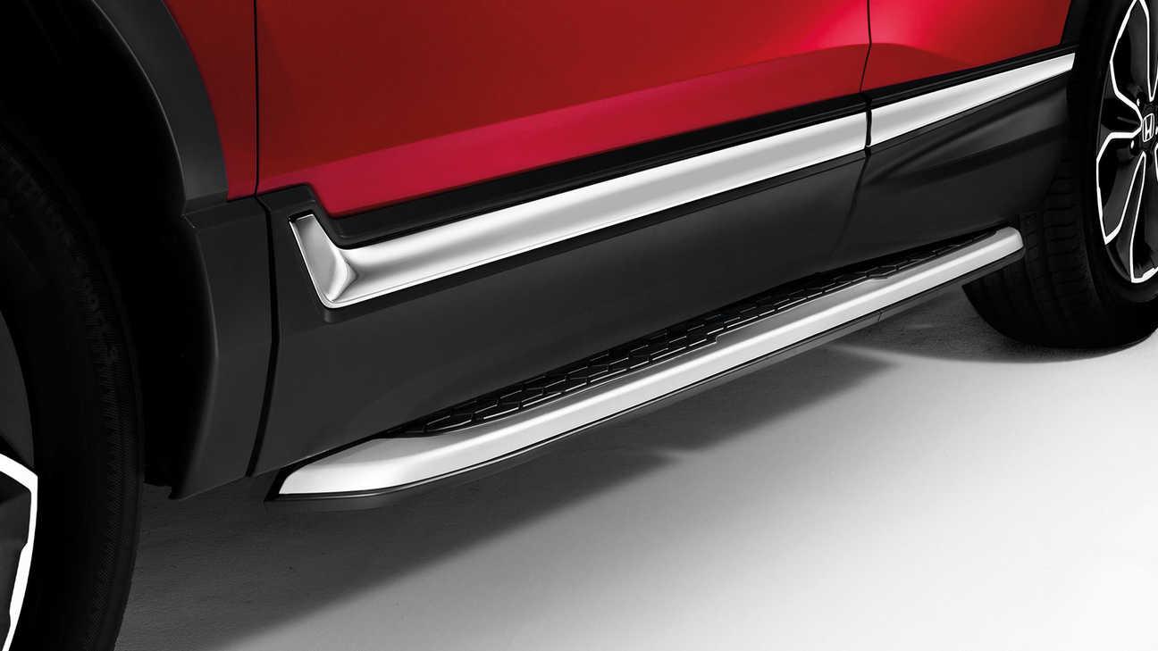 Detailný záber na čierne prahové lišty modelu Honda CR-V Hybrid.