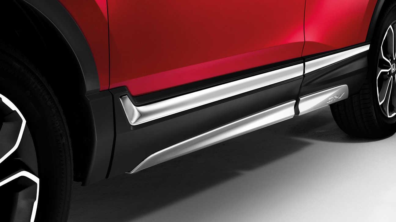 Detailný záber na bočné spodné ozdobné prvky modelu Honda CR-V Hybrid.