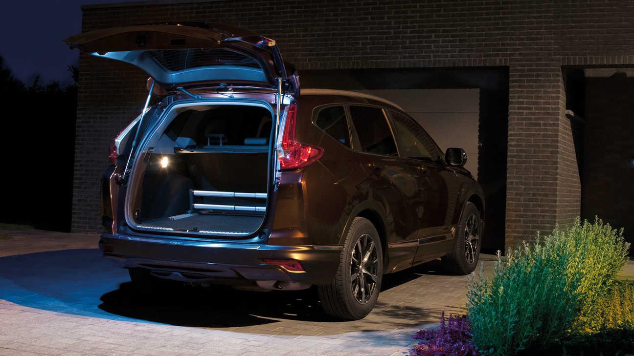 Pohľad zozadu na nové osvetlenie zadných výklopných dverí modelu Honda CR-V Hybrid