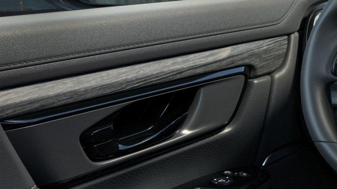 Čierna Honda CR-V, panely dverí a konzola s efektom štruktúry dreva