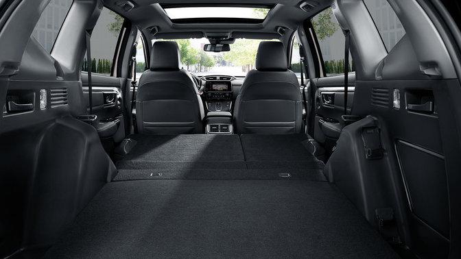 Pohľad na zadnú časť modelu Honda CR-V s otvorenými dverami batožinového priestoru