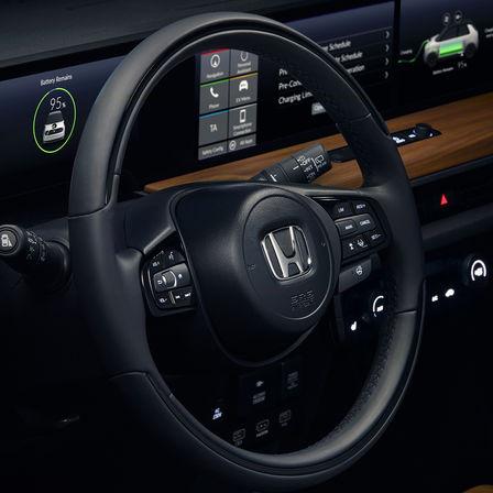Detailný záber na volant vozidla značky Honda.
