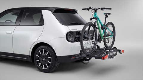 Trojštvrťový pohľad zozadu na Hondu e sdemontovateľným nosičom na bicykle