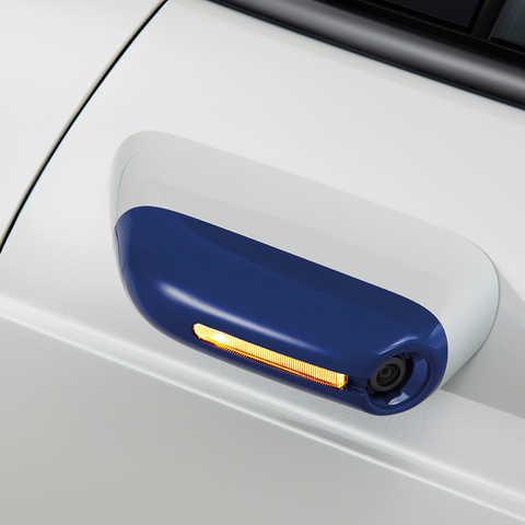 Detailný záber na bočné spätné zrkadlo vozidla Honda e.