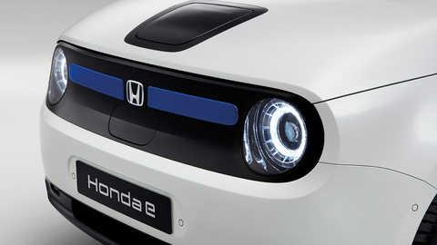 Detailný záber zľava na predné svetlá a poznávaciu značku