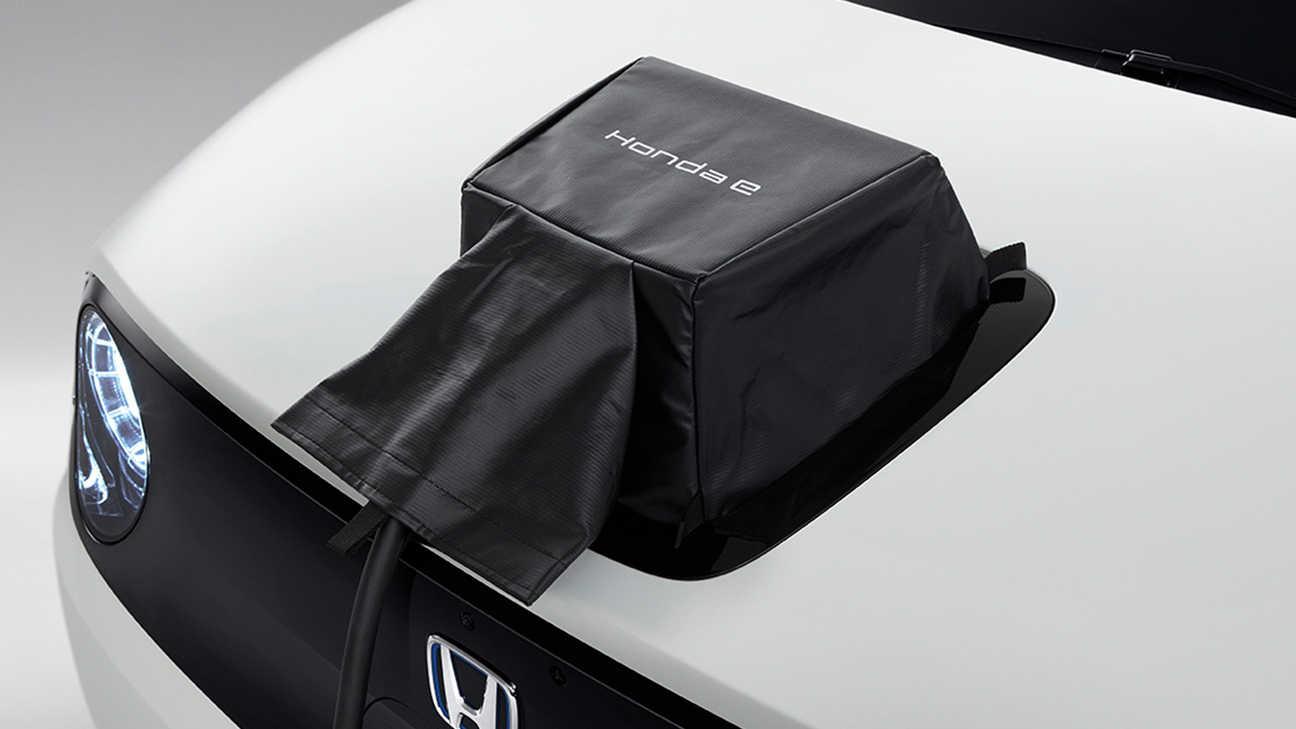 Detailný záber na kryt portu nabíjačky Honda E Power Charge.