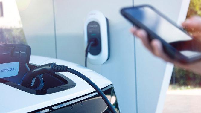 Model demonštrujúci použitie aplikácie My Honda+, ktorá odosiela informácie o stave nabíjania.