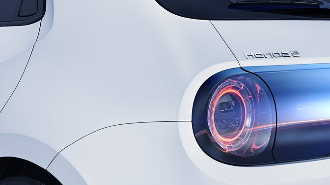 Vonkajší záber modelu Honda e spredu.