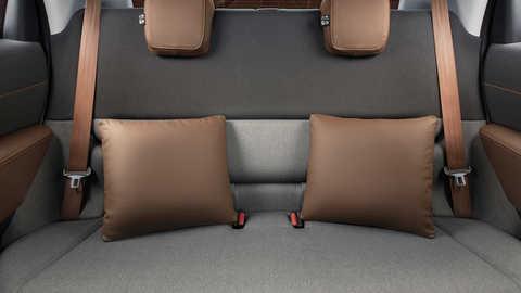 Zadné sedadlá so súpravou kožených podušiek/Dark Brown