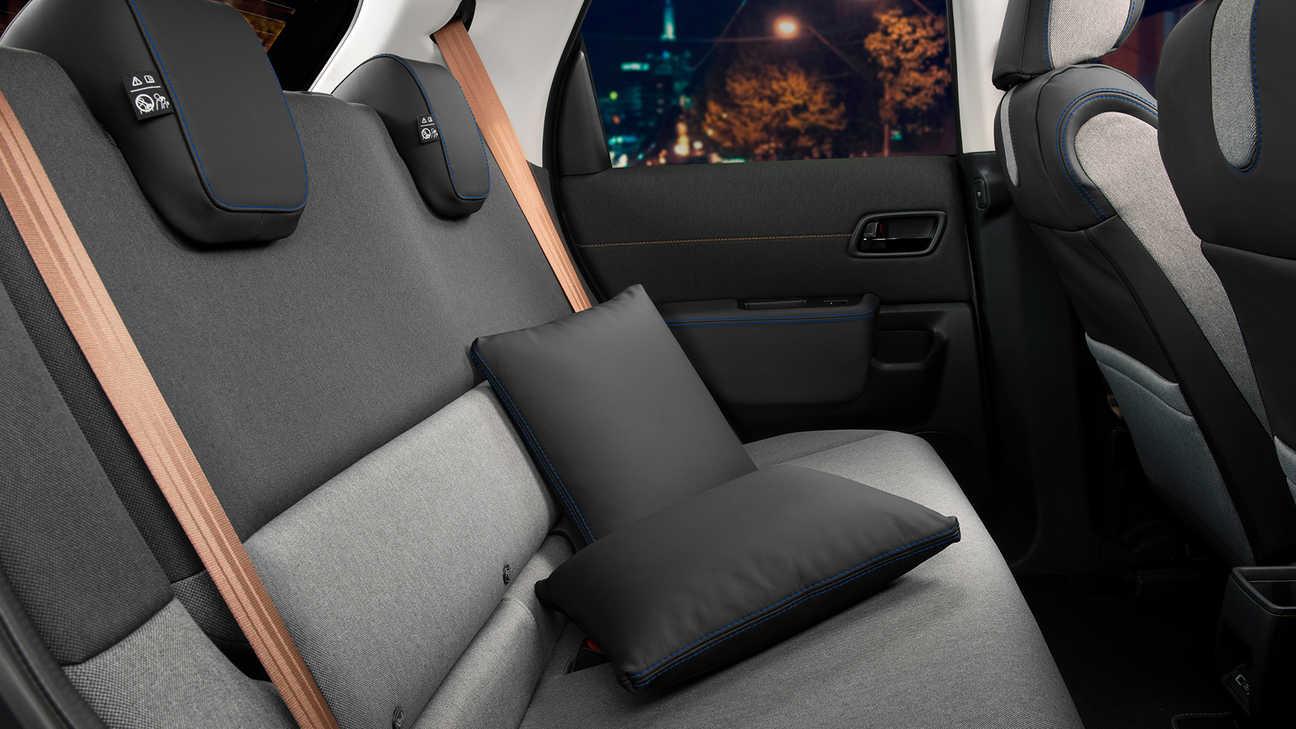 Zadné sedadlá so súpravou kožených podušiek/Midnight Black
