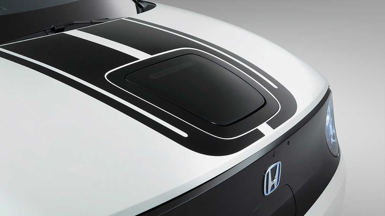 Detailný záber na čiernu nálepku vpredu