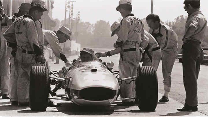 Soichiro Honda v rámci príprav na naše prvé preteky seriálu Formuly 1v roku 1964 pri Veľkej cene Maďarska.