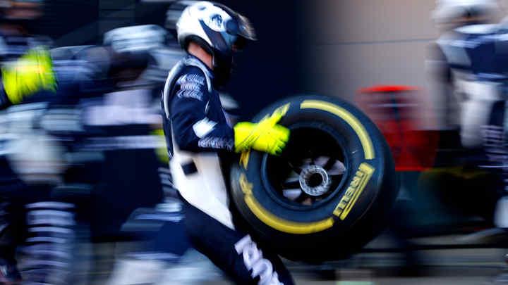 Mechanik tímu Scuderia Alphatauri v boxoch s pneumatikou