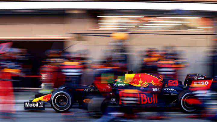Vozidlo tímu Aston Martin Red Bull Racing v boxovej uličke