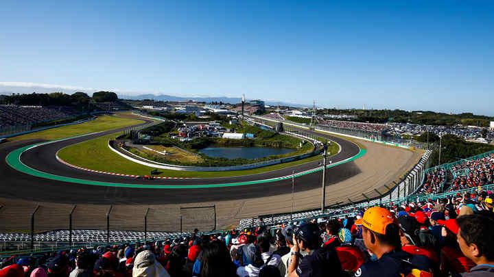 pohľad spomedzi divákov na slávnu pretekársku dráhu Suzuka