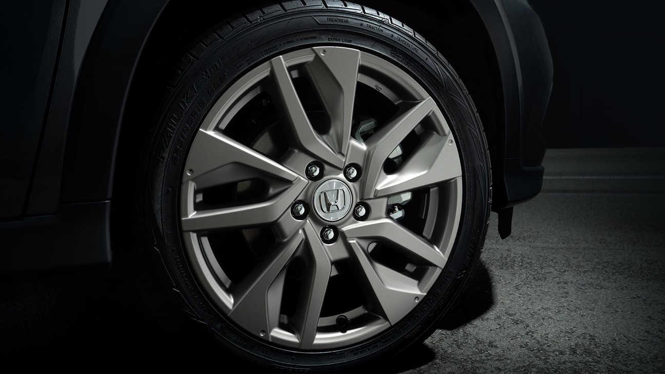 Detailnejší záber na 18-palcové koleso modelu Honda HR-V Legend z ľahkých zliatin v titánovom prevedení s ochrannou vrstvou číreho matného laku.