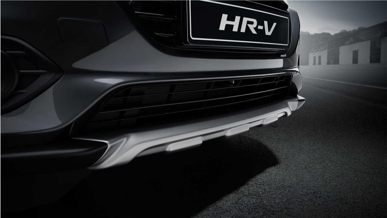 Detailný záber na prednú spodnú lištu modelu HR-V v titánovej farbe.