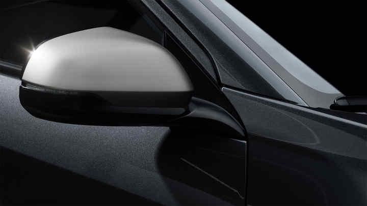 Detailný záber na vozidlo Honda HR-V Legenda v titánovej farbe.