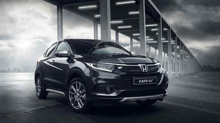 Trojštvrťový pohľad spredu z pravej strany na model Honda HR-V pod kovovou konštrukciou.