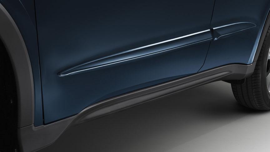 Detailný záber na bočné ochranné lišty modelu Honda HR-V.