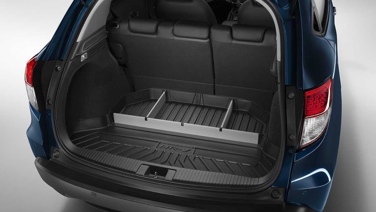 Detailný záber na predeľovacie priehradky batožinového priestoru modelu Honda HR-V.