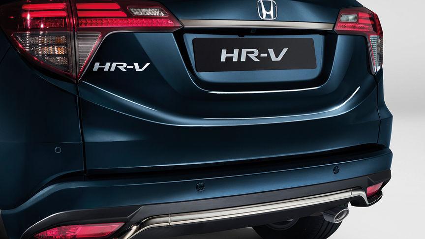 Zadný pohľad na model Honda HR-V sblatníkom a koncovým svetlom.