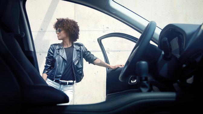 Pohľad na interiér vozidla Honda HR-V v meste s modelkou.