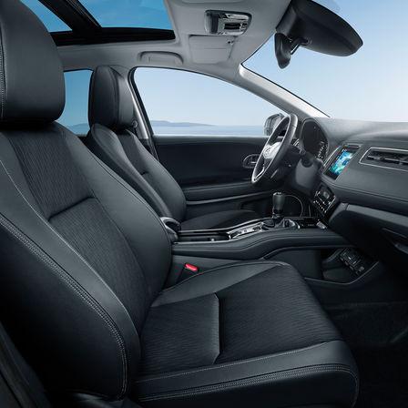Bočný pohľad na interiérové sedadlá a prístrojovú dosku modelu Honda HR-V.