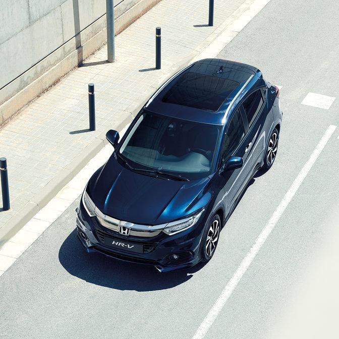 Pohľad zhora na model Honda HR-V v meste.