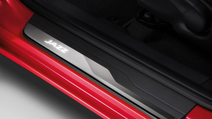 Záber zhora na osvetlenie priestoru na nohy modelu Honda Jazz, ktoré je súčasťou balíka osvetlenia.