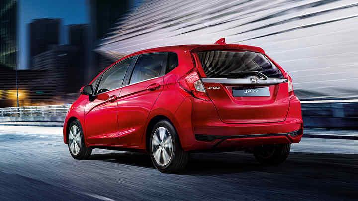 Zadný trojštvrťový pohľad na model Honda Jazz sbalíkom Chrome vmestskom prostredí.