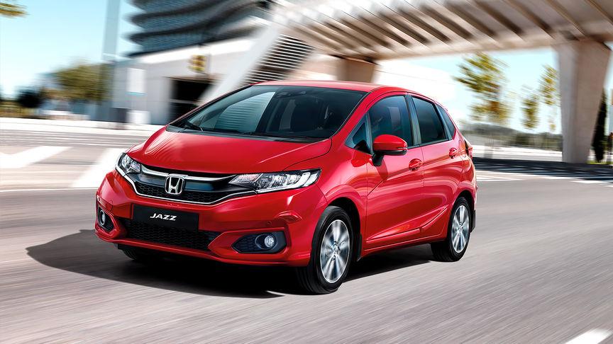 Predný trojštvrťový pohľad na model Honda Jazz sbalíkom Convenience vmestskom prostredí.
