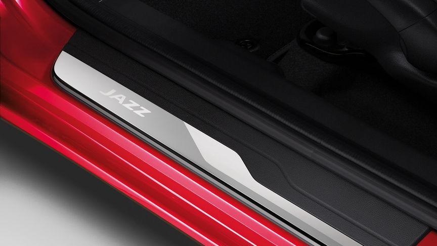 Pohľad zhora na lišty na prahoch dverí modelu Honda Jazz.