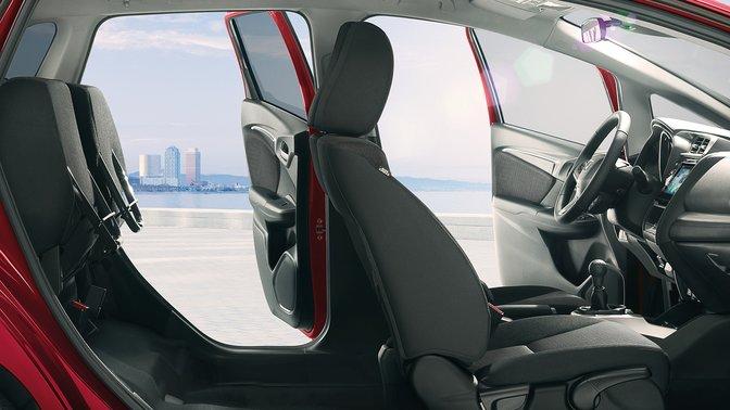 Bočný pohľad na model Honda Jazz, orezaný záber zachytávajúci interiér asedadlá Magic Seats.