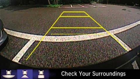Priblížený pohľad na záber zadnej parkovacej kamery vmodeli Honda Jazz.