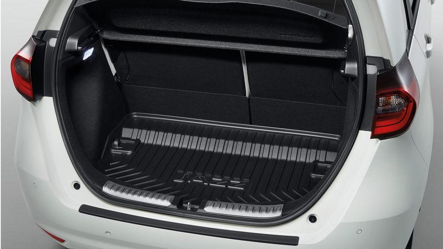 Detailný záber interiéru modelu Honda Jazz Hybrid s obložením prahu dverí Praktik