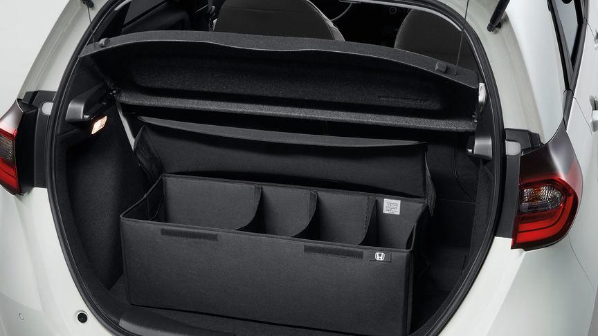 Detailný záber na skladací organizér batožinového priestoru modelu Honda Jazz Hybrid.