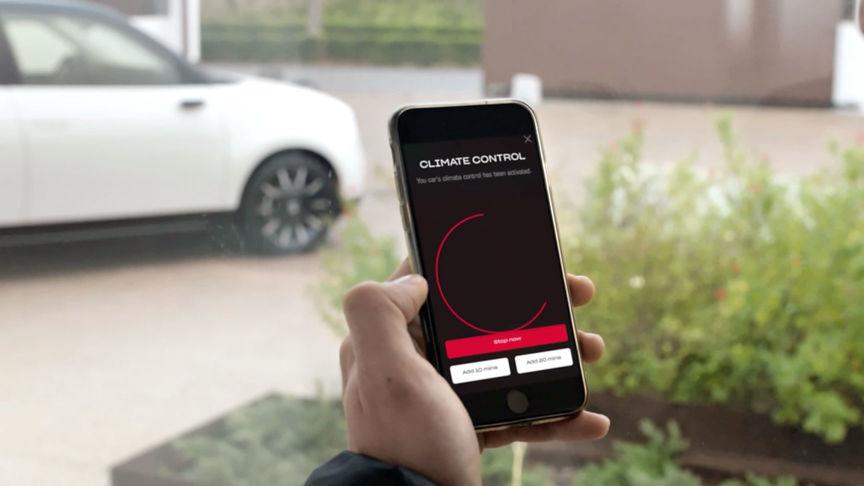 Detailný záber na mobilný telefón so zobrazenou funkciou kontroly stavu akumulátora na diaľku vrámci aplikácie My Honda+.