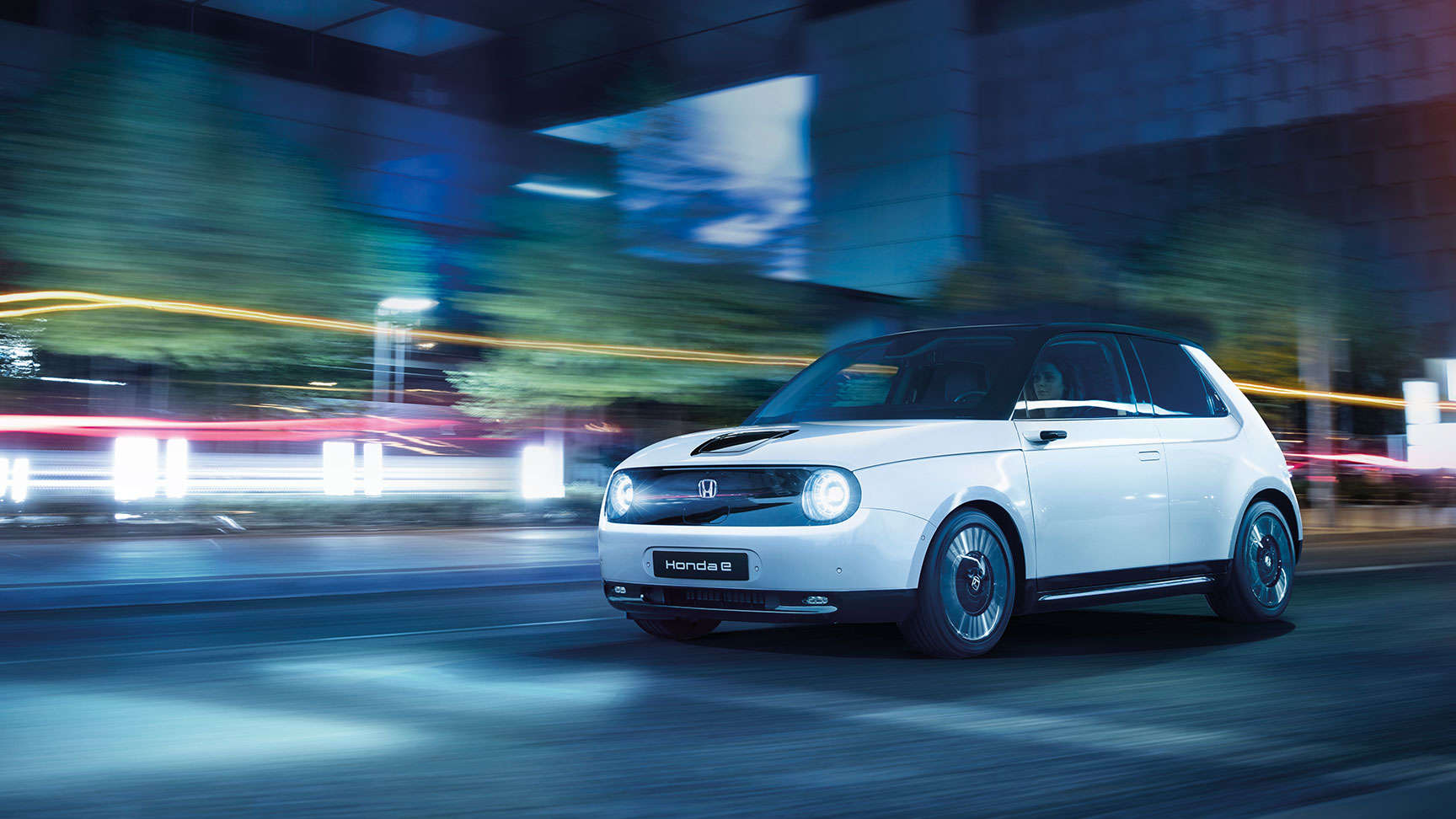 Biela Honda e pri jazde nočným mestom