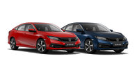 Trojštvrťový pohľad spredu na modely Honda Civic sedan a 5D