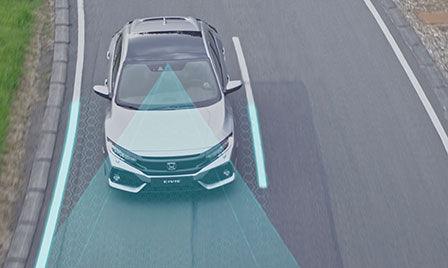 Záber na exteriér vozidla so systémom Honda Sensing s ilustráciou systému podpory riadenia vozidla v jazdnom pruhu abrzdového systému zmiernenia zrážky.