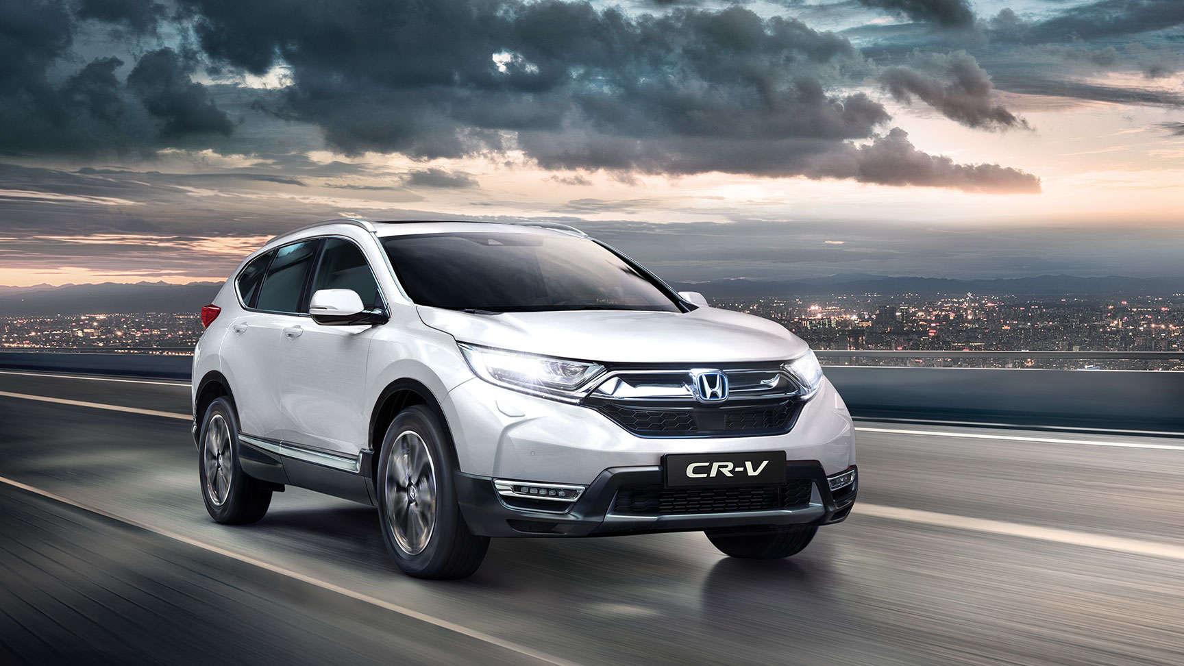 Predný trojštvrťový pohľad na model Honda CR-V so zapnutými diaľkovými svetlami