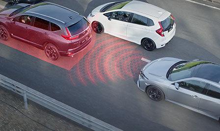 Záber na exteriér vozidla so systémom Honda Sensing v premávke s ilustráciou adaptívneho tempomatu.