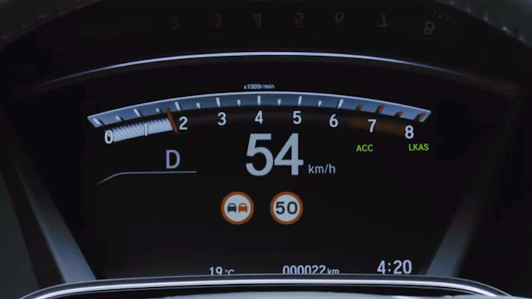 Rýchlomer zobrazujúci funkciu rozpoznávania dopravných značiek